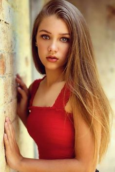 sshe is very beautiful Senior Portraits Girl, Senior Photos Girls, Senior Girl Photography, Senior Girl Poses, Portrait Photography Poses, Photography Poses Women, Girl Photo Poses, Girl Photos, Portrait Poses