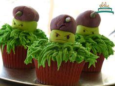 Cupcakes de plantas para defendernos de los zombies!. Cumple de Manu con temática llena de plantas y colores. #obelia #cake #torta #pastel #birthday #cumpleaños #sweet #instacake #pasteleria #laplata #mesadulce #diseñodulce #festejo #sweetdesign #cupcake #cookies #souveniers #popcorn #pochoclos #candybar #celebración #plantasvszombies #juego #plantas #zombies #manuel Pop Corn, Cupcakes, Desserts, Food, Candy Stations, Candy Buffet, Pastries, Food Cakes, Celebration