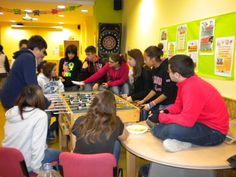 Tiempo de descanso y juego para los jóvenes durante el encuentro. http://lasalamandrasiguenza.wordpress.com/2013/10/18/i-encuentro-de-centros-jovenes-de-alovera-y-la-salamandra-de-siguenza/