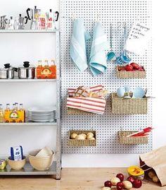 キッチン/ペグボード 有孔ボード   良く使う食器や食材は目につくところに置いておきたいものです。食材もスペースを取りますので、空間を使って上手に収納しています。
