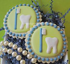 Sweet Goosie Girl: Toothbrush and Tooth Cookies Iced Sugar Cookies, Royal Icing Cookies, Cupcake Cookies, Dental Cake, Nurse Cookies, Cookie Tutorials, Galletas Cookies, Fancy Cookies, Cookie Designs