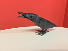 Cuervo plegado por mi en papel crumpled metalico de 35x35 Whale, Origami, Metal, Animals, Crow, Paper Envelopes, Whales, Animaux, Paper Folding
