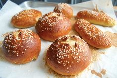 How to make pretzel buns - Flourish - King Arthur Flour: Pretzel buns are chewy, deep golden brown, and taste like those wonderful pretzels you get from street vendors in the city. How To Make Pretzels, Homemade Pretzels, Pretzels Recipe, Bagel Toppings, Sandwich Fillings, Cooking Bread, Bread Baking, Bread Recipes, Baking Recipes