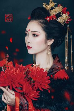Dresses for Women Japanese Geisha, Japanese Girl, Beautiful Asian Women, Beautiful Images, Chinese Makeup, Geisha Art, L5r, Portraits, Chinese Culture
