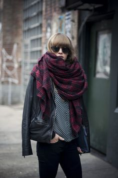 Street style bufanda o u t f i t s fashion, oversized scarf, how to wear. Looks Street Style, Looks Style, Style Me, Pastel Outfit, Street Mode, Street Wear, Plaid And Leather, Leather Jacket, Black Leather