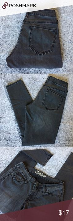 """🆕Dark Gray Old Navy Stretchy Skinny Jeans Size 6 Dark gray skinny jeans from Old Navy. Size 6 """"Regular"""". Stretchy. In good condition.   75% Cotton.  23% Polyester.  2% Spandex.  Any questions? Feel free to ask.   Pet free home.  Smoke free home. Old Navy Jeans Skinny"""