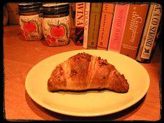 Croissant z pysznym migdałowym nadzieniem. Croissant, Steak, Pork, Kale Stir Fry, Crescent Roll, Steaks, Crescent Rolls, Pork Chops, Breakfast Croissant