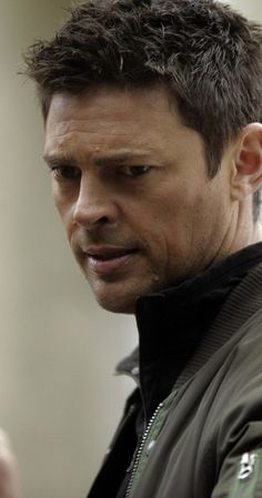 Karl Urban, Almost Human. Oh, how I miss this show!