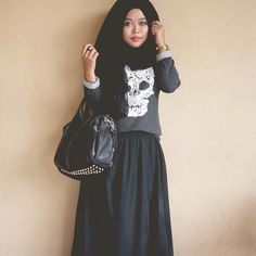 Hijabi Style pastel goth nu goth pastel grunge black sweatshirt with skull and studded purse