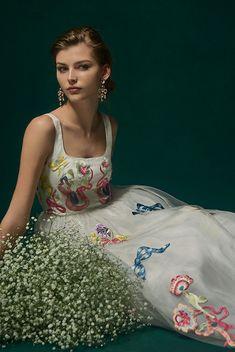 Temperley for Novarese ヴィクトリア時代のラブレターがインスピレーションのホワイト×カラー・エンブロイダリーのドレスは、Temperley for Novarese。ノバレーゼでしかご覧いただけない特別なデザインです。