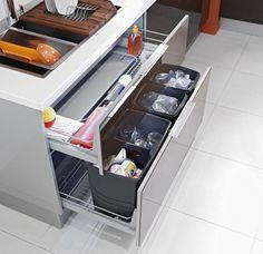 Pour une cuisine ergonomique, ce grand tiroir est équipé de poubelles pour trier les déchets alimentaires, le verre, le papier et les emball...