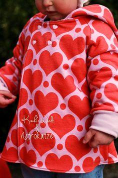 """Sweet Heart-Wintersweat von #ASTROKATZE / Nähbeispiel von """"Kischi's Welt"""" / #sweetheart #herzen #herzchen #hearts #herzchenstoff #stoffdesign #textildesign #organiccotton #rot #rosa #red #pink #diy #sewing Stoff Design, Retro, Hearts, Sweatshirts, Sweaters, Pink, Fashion, Textile Design, Fabrics"""