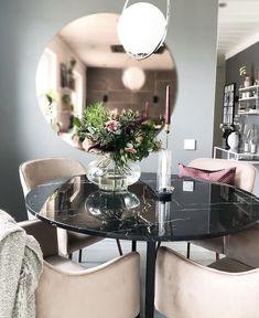 Gillar: runt bord och sammetstolar, rund spegel Dining Area, Kitchen Dining, Compact Living, Table Decorations, Living Room, Interior Design, House, Furniture, Home Decor