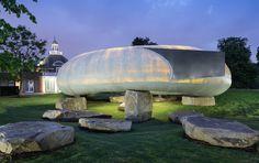 Le pavillon 2014 de la Serpentine Gallery dans les jardins de Kensington à Londres est l'œuvre de l'architecte chilien Smiljan Radić, moins célèbre que les auteurs des 14 éditions précédentes invités à construire leur premier bâtiment sur le sol britannique. Succédant à Sou Fujimoto…