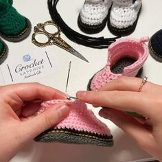 Knit Baby Shoes, Baby Booties Knitting Pattern, Crochet Slipper Pattern, Crochet Baby Boots, Crochet Shoes, Crochet Slippers, Baby Knitting Patterns, Crochet Patterns, Diy Bebe