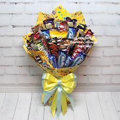 Букеты, корзины, торты из конфет в Воркуте Sweet Bouquets Candy, Candy Bouquet Diy, Bouquet Box, Gift Bouquet, Candy Gift Baskets, Candy Gifts, Birthday Candy, Birthday Diy, Diy Food Gifts