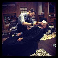 tonsor_cie@herve_tonsor_cie Maître Barbier, à votre disposition pour toutes vos coupes de cheveux et barbes chez @tonsor_cie #herve #maitrebarbier #coiffeur #homme #men #menstyle #ilestcontent #bellecravate #edenpark #beau #classe #biencoiffer #barbe #shave #tailledebarbe #beard #frenchtouch #autop #détente #calme #carmes #toulouse #tonsor #tonsor_cie #formateur #tonsorschool