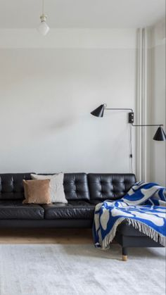 Minimal Chic Interior Design | #opulentmemory #minimalist #homedcor #parisian #chicinteriors Decor, Sweet Home, Chaise Lounge, Apartment Living, Furniture, Loft Interior Design, Interior Design, Home Decor, Living Spaces