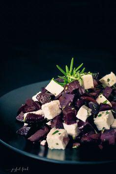 Super leckeres Rezept für lauwarmen Rote Bete Salat mit Feta Käse. Total schnell zubereitet und auch perfekt als anspruchsvolle Vorspeise geeignet.