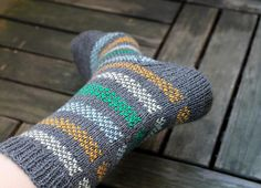 Looking for some easy colourwork socks for a friend as a Christmas present, I came up with these striped simple fair isle socks.