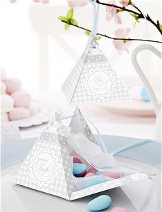 Tolle Schmückkiste für die Taufe, bestehend aus 48 Artikeln mit denen man Büffet und Tafel wunderbar dekorieren kann. Das hochwertige Papeterie Set besteht aus: 8 Tischkärtchen bzw Buffetschilder, 8 Pyramiden zum Befüllen oder Aufhängen, 8 Servietten- bzw Flaschenringe, 8 Geschenkanhänger, 8 Geschenktütchen, 8 Geschenktütchenschilder, 8 Cupcake- oder Kuchentopper.