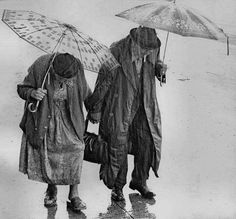 walking in the rain. I am walking in the rain. Couples Âgés, Vieux Couples, Grow Old With Me, I Love Rain, Growing Old Together, Singing In The Rain, Walking In The Rain, Under My Umbrella, Old Love