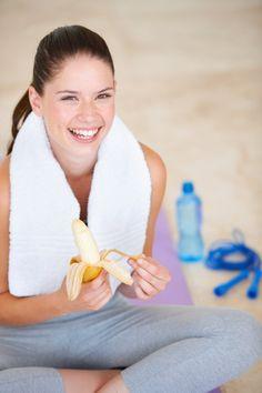 Zastanawiasz się, czy makaron przed treningiem nie wpłynie na jakość ćwiczeń? I czy dobrze robisz, sięgając po kanapkę od razu po wyjściu z klubu fitness? O tym, w jaki sposób przygotować organizm do ćwiczeń i co jeść po treningu opowiada Marzena Brzezińska, dyplomowany dietetyk z firmy Star Fitness.