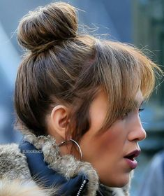 ♥️ Jennifer Lopez bangs and bun hair style Brown Ombre Hair, Ombre Hair Color, Blonde Ombre, Sleek Hairstyles, Celebrity Hairstyles, Hairstyles With Bangs, Bangs Hairstyle, Hair Bangs, Style Casual