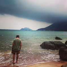 Moody sky in Koh Tao . . . #kohtao #travel #travellersnotebook #beach #sea #sand #sky #storm #cloud #rocks #travelphotography #instaphoto #stormhunter #paddling #wellardsontour Moody sky in Koh Tao . . . #thailand #kohtao #travel #travellersnotebook #beach #sea #sand #sky #storm #cloud #rocks #travelphotography #instaphoto #stormhunter #paddling #wellardsontour