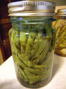 {Recipe} Spicy Dilly Beans « Born in the Wrong Century Canning Water, Canning Tips, Canning Recipes, Spicy Recipes, Great Recipes, Favorite Recipes, Dilly Beans, No Sugar Diet, Jelly Jars