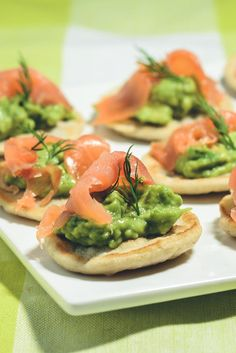 Blinis med avocadomos og røget laks. En klassiker til fest og forret!