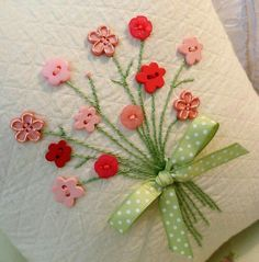 Button flowers on cards Embroidery Stitches, Embroidery Patterns, Hand Embroidery, Hobbies And Crafts, Arts And Crafts, Paper Crafts, Sewing Crafts, Sewing Projects, Fabric Cards