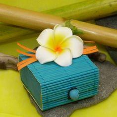 Contenant exotique fleur de frangipanier turquoise - pleins d'autre couleur sur notre site http://www.dragees-massardier.fr/dragees-mariage,fr,2,11.cfm