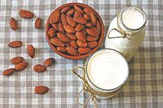 Domácí mandlové mléko: Všelék, který báječně chutná   BydlímeKvalitně.cz Latte, Benefit, Drinks, Food, Drinking, Beverages, Essen, Drink, Meals