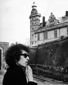 (My town, bitch!) ♡ Bob Dylan at Kronborg Castle Folk singer Bob Dylan contemplates Kronborg Castle, the Elsinore Castle of Shakespeare's , shortly after arriving in Denmark to start his world tour. May 1966 Helsingor, Denmark Bob Dylan, Minnesota, Rock And Roll, Billy The Kid, Blues, Blowin' In The Wind, Folk Festival, Folk Music, Popular Music