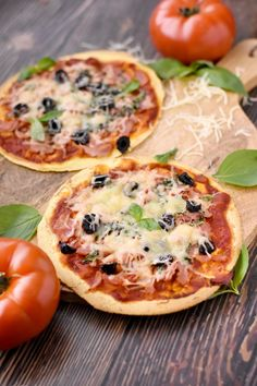 tortilla -Pizza tortilla - Faster than take out and no tip required! This Easy Sesame Chicken is perfect for busy weeknights and will please the whole family! Pizza Tortilla, Pizza Buns, Pizza Pizza, Pizza Naan, Funny Pizza, Pizza Dough, Pizza Wraps, Meat Lovers Pizza, Best Homemade Pizza