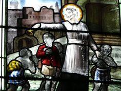 Franciscus Xaverius - Franciscus roept kinderen naar zich toe met een klokje. 1913, Devisme, glasschilderkunst. Frankrijk, Normandië, Les Loges, Notre Dame.