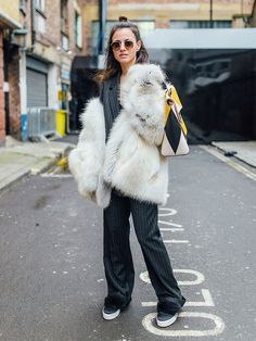 look conjunto risca de giz blazer calça casaco pele