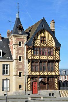 """Amiens - Parvis de la Cathédrale - """"Maison du Pèlerin"""" France"""