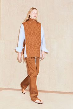 Victoria, Victoria Beckham Londra - Spring Summer 2018 Ready-To-Wear - Shows - Vogue. Knitwear Fashion, Knit Fashion, Sweater Fashion, Knit Vest, Fashion Show Collection, Mode Style, Knitting Designs, Fashion 2018, Cable Knit Sweaters