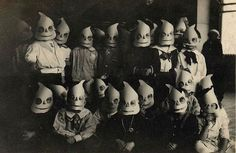 Vintage photographs of Halloween costumes. So creepy! Photos D'halloween Vintage, Vintage Halloween Photos, Retro Halloween, Halloween Pictures, Creepy Halloween, Vintage Photographs, Halloween Kids, Happy Halloween, Halloween Costumes