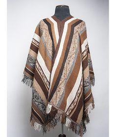 Der Anden Poncho Alejandro verschönert deine Garderobe durch sein edles jahrtausendealtes Design. Die robuste Alpakawolle wird noch in 100 Jahren so schön anzusehen sein wie heute.