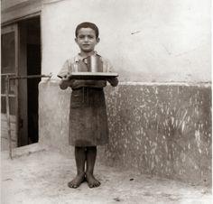 Barefootet young waiter - Ξυπόλυτος σερβιτοράκος! Greece Photography, History Of Photography, Vintage Pictures, Old Pictures, Old Time Photos, Greece Pictures, Greek History, Thessaloniki, Athens Greece