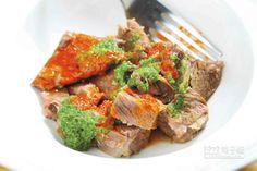 義式燉牛雜/480元(需事先預約)↑將牛的各個部位以蔬菜、香料燉煮熟軟,再以紅、綠醬汁帶出清新鮮辣滋味。(鄭夙玲攝)