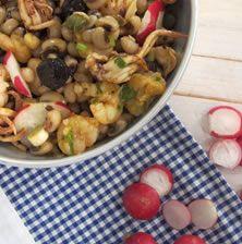 Ο συνδυασμός οσπρίων με θαλασσινά είναι απίστευτα ταιριαστός όσο και αν ακούγεται περίεργο. Στην πραγματικότητα η απαλή και βελούδινη αγκαλιά των μαυρομάτικων φασολιών ταιριάζει απόλυτα με την φρεσκάδα της γαρίδας και του καλαμαριού Sprouts, Potato Salad, Instant Pot, Potatoes, Vegetables, Cooking, Ethnic Recipes, Food, Kitchen