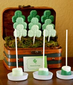 st+patrick's+day+party+printables+party+ideas+ombre+green+party+printables+free+st+patrick's+day+party+printales+partyware+party+supplies+st+paddy's+day+desserts+table04.jpg 580×677 Pixel