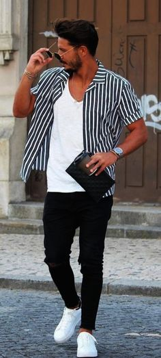 You can be cool in a sneakers outfit too! And this street style photo is a prove! Do you like this men's outfit idea? Outfits Hombre Casual, Outfit Hombre Formal, Stylish Outfits, Best White Sneakers, Popular Sneakers, Sneaker Outfits, Look Man, Herren Outfit, Men Street