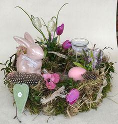 Frühjahrskollektion 2018 Tischkranz gestaltet mit ganz viel Naturmaterialien,rosa Keramikhase, Teelichthalter aus Glas,Wachteleier,Hühnereier und künstlichen Blüten....