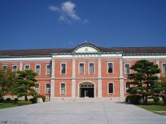 旧海軍兵学校は、明治21年に東京の築地から現在の江田島市に移転し、海軍将校養成の場として歴史を刻んできました。現在は海上自衛隊の幹部候補生学校や第1術科学校となっており、一般の方も見学できます。校内の教育参考館には旧海軍関係の資料や、神風特攻隊員たちの遺品など約1000点が展示されています。20名様以上は、事前に予約が必要です。 春には構内のあちらこちらで桜が咲き誇り、通称「赤レンガ」と呼ばれる全国的に有名な幹部候補生学校庁舎とのコントラストは素晴らしい風景です。お花見シーズンは期間限定で一般開放も行われています。  http://www.mod.go.jp/msdf/onemss/  #Hiroshima_Japan #Setouchi