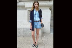 [PARÍS] El enterito corto de jean se usa con loafers y cardigan. Foto:Agustina Garay Schang